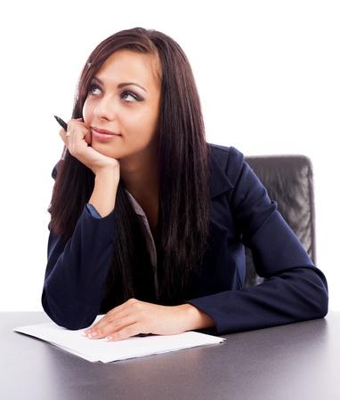 Closeup portrait d'une femme d'affaires latin penser alors qu'il était assis à son bureau isolé sur fond blanc