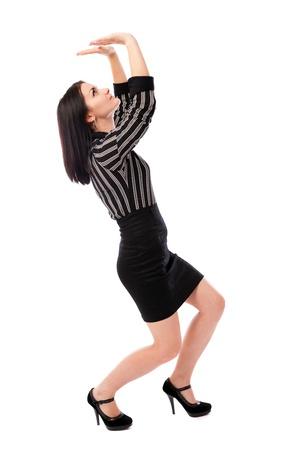 Retrato de cuerpo entero de una mujer de negocios joven aplastado por un gran objeto invisible, inserte su texto o diseño anterior