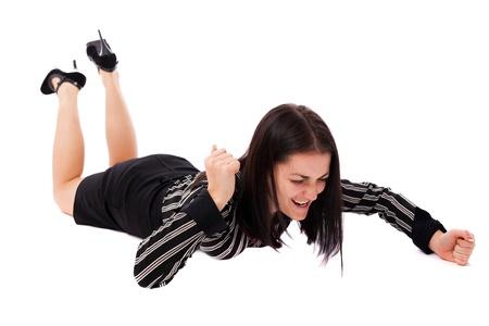 Retrato de cuerpo entero de una mujer de negocios enojado golpeando el suelo con los puños aislados sobre fondo blanco