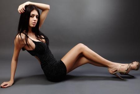 Glamorous femme hispanique jeune gisant sur le sol, studio, portrait,