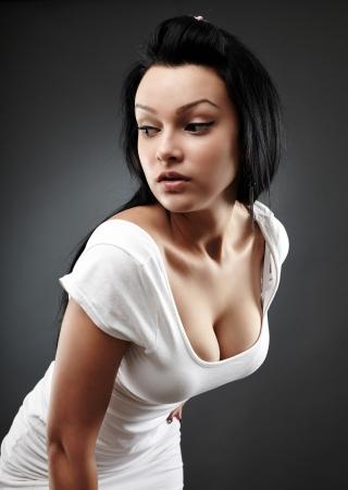 Closeup portrait d'une belle jeune femme sur fond gris