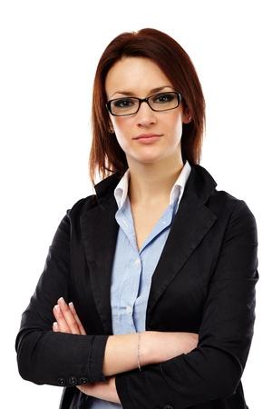Femme d'affaires prospère en gros plan pose isolé sur fond blanc. Les bras croisés
