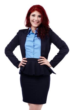Redhead zakenvrouw in close-up pose, geïsoleerd op witte achtergrond, handen op de taille Stockfoto