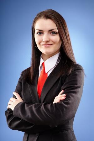 Gros plan portrait d'une femme d'affaires avec les bras croisés sur fond bleu Banque d'images