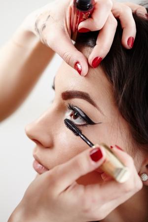 Gros plan portrait d'une femme ayant le maquillage appliqué par l'artiste de maquillage Banque d'images
