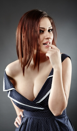 beaux seins: Gros plan d'une femme provocante mordre le doigt