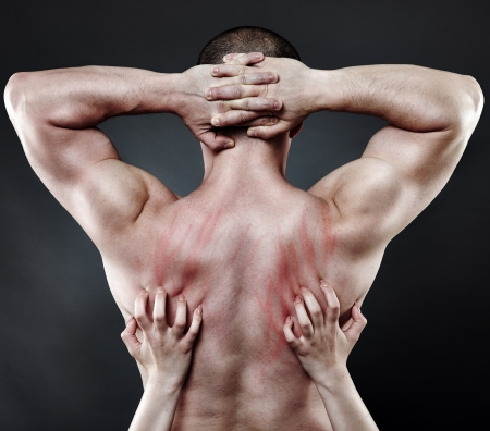 sex: Руки женщины погружаясь ногтями в спину ее мышечной партнера