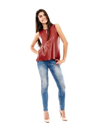 fille arabe: Jeune belle fille du Moyen-Orient avec un jean et une chemise en cuir isol� sur fond blanc, pleine longueur