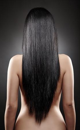 femme noire nue: Gros plan de l'arri�re d'une jeune femme de race blanche avec de beaux cheveux noirs Banque d'images