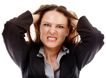Studio portrait d'une jeune femme d'affaires en colère tirant ses cheveux isolé sur fond blanc