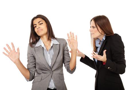 Portrait de deux femmes d'affaires ayant un argument isolé sur fond blanc Banque d'images