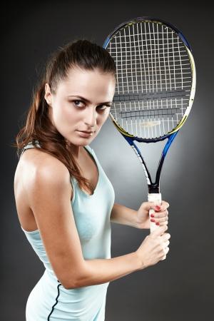 backhand: Estudio de un disparo de un jugador de tenis femenino se prepara para ejecutar una volea de rev�s