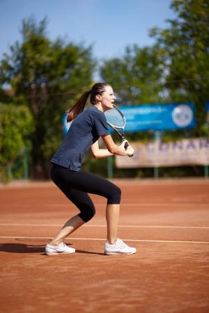 backhand: Jugador de tenis femenino ejecutar una volea de rev�s