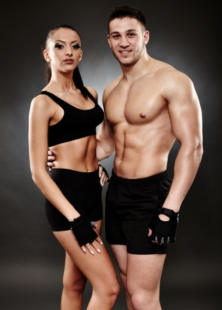 Studio photo de sport jeune couple sur fond gris photo