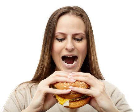 femme bouche ouverte: Jeune femme caucasien préparation de mordre un gros hamburger, isolé sur fond blanc