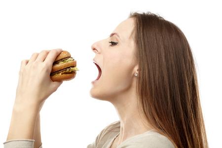 femme bouche ouverte: Jeune femme caucasien préparer à mordre un gros hamburger, isolé sur fond blanc