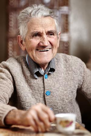 Bonne vieil homme intérieur ayant sa tasse de café le matin