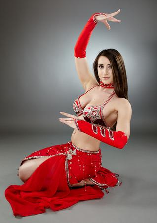 bailarinas arabes: Hermosa bailarina étnica de realizar la danza oriental en traje tradicional Foto de archivo