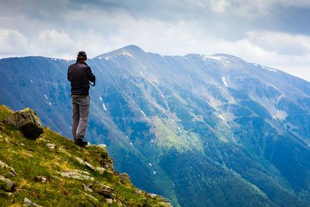 Junger Mann Wandern in die Berge in einer spektakulären Landschaft