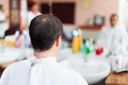 shorten: Hombre cauc�sico, en una barber�a conseguir un corte de pelo muy corto Foto de archivo