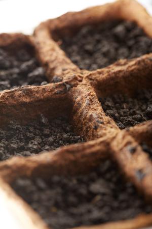turba: Primer plano de viveros de turba para las pl�ntulas llena de tierra