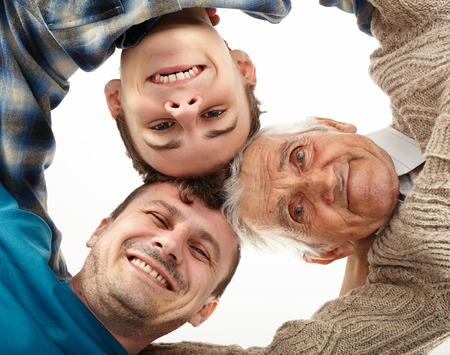 Drie mannen generaties naar beneden kijken naar de camera