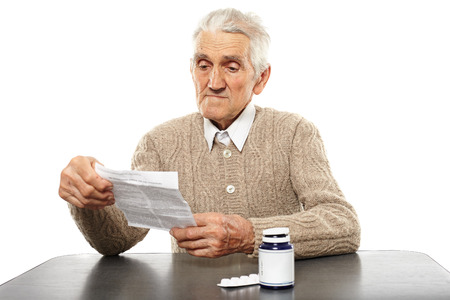 dosaggio: Caucasica senior istruzioni di dosaggio lettura uomo di alcune pillole Archivio Fotografico