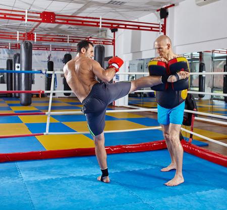 arte marcial: Dos combatientes tailandeses muay en un combate en el ring Foto de archivo