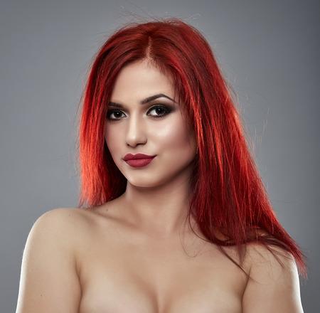 seins nus: Beau modèle de glamour seins nus en gros plan sur fond gris