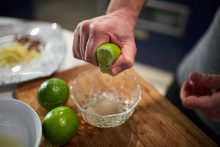 Hände der männlichen Koch Kalke in einer Schüssel Quetschen