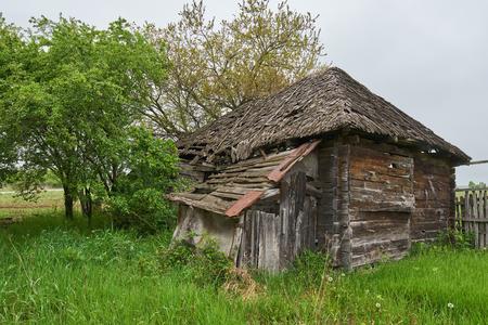 Een zeer oud en verwoest huis op het platteland Stockfoto