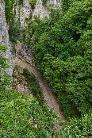 Vue aérienne d'une route de gravier de montagne à travers le canyon