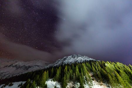 Winter landscape with mountains and starry sky Banque d'images