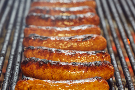烤架上冒烟的香肠的特写镜头