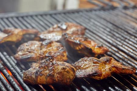 Collo di maiale alla griglia all'aperto