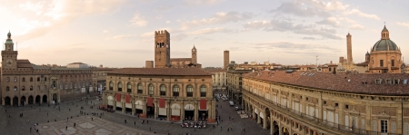 maggiore: A panoramic view of main square - bologna, italy
