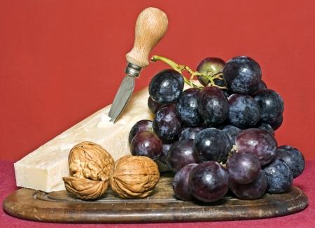 origen animal: uvas, queso y frutos secos Foto de archivo
