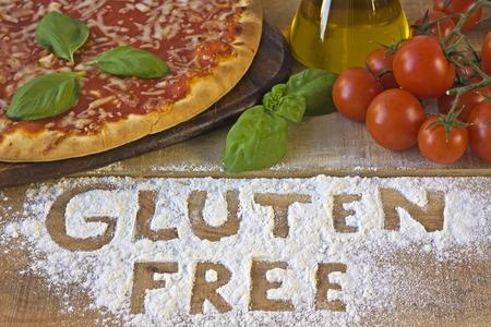 intolerancia: Una pizza libre de gluten en el fondo Foto de archivo