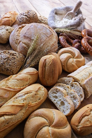 Different breads on wood background Banque d'images
