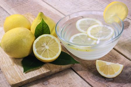limon: Limones en el fondo de madera - los alimentos Foto de archivo