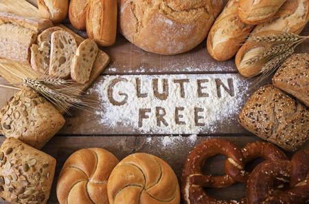 comiendo pan: un gluten panes libres en el fondo de madera Foto de archivo