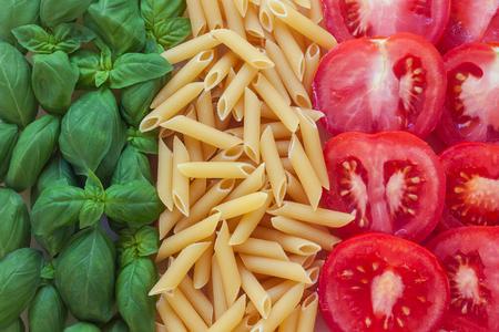 bandiera italiana: cibo italiano con sfondo - pasta, pomodoro, basilico Archivio Fotografico