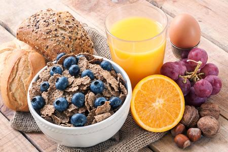 desayuno: desayuno continental - los alimentos con el fondo