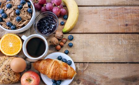 Desayuno continental - los alimentos con el fondo Foto de archivo - 46624758