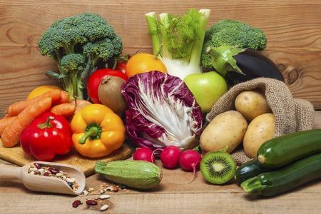 leguminosas: coloridas frutas, verduras y legumbres en el fondo de madera