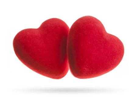 saint valentin coeur: Deux coeurs de velours isol�s sur un fond blanc. Concept pour la Saint Valentin