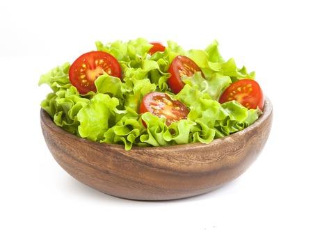 Tomaten und Salat Salat im hölzernen Cup isoliert auf weißem Hintergrund