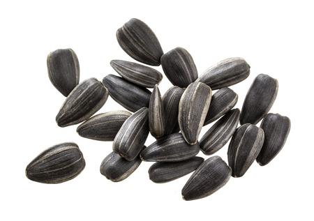 semillas de girasol: semillas de girasol de negro sobre fondo blanco. Pila de semillas de girasol aislado.