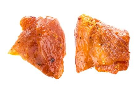 pancetta cubetti: Pezzi di carne di maiale cruda isolato su sfondo bianco. Pezzi di barbecue in salsa isolati con un tracciato di ritaglio.