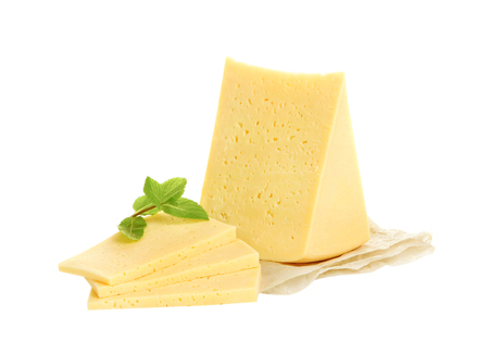Stukje kaas op een witte achtergrond.